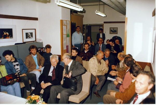 Jaka Čop med člani Fotokluba Janze Puhar Kranj ob podelitvi častnega članstva 7. maja 1993.